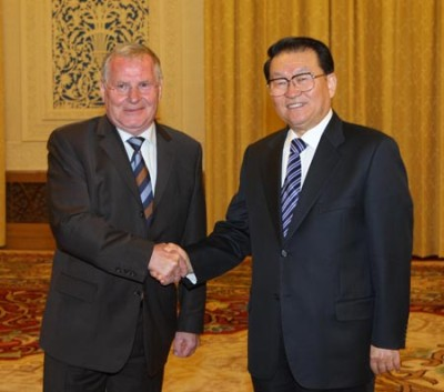Li Changchun (R), a member of the Standing Committee of the Political Bureau of the Central Committee of the Communist Party of China, meets with Lothar Bisky, chairman of the Party of European Left, in Beijing, capital of China, Sept. 11, 2008.